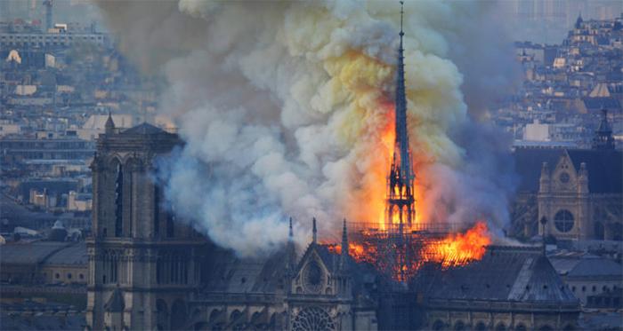 NOTRE DAME FIRE: YOUTUBE SE CERRÓ DESPUÉS DE QUE APARECIERA UN VIDEO EN VIVO CON UN ENLACE A LA INFORMACIÓN DEL 11 DE SEPTIEMBRE